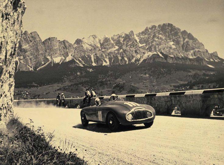 16 luglio 1950, Coppa d'Oro delle Dolomiti, Cortina d'Ampezzo. Questa eccezionale corsa stradale assume i connotati di una classica del calendario. La Stanguellini ne e' protagonista col successo di Sighinolfi, ma l'immagine e' per una vecchia Sport Nazionale sulla quale Supremo Montanari ha trapiantato un motore Ermini.
