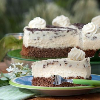 Diese Torte schmeckt auch bei Sonnenschein – der dunkle Nussboden und die hellgelbe Sahnecreme mit Vanille und Apfelsaft verleiht ihr ihren schönen Namen.