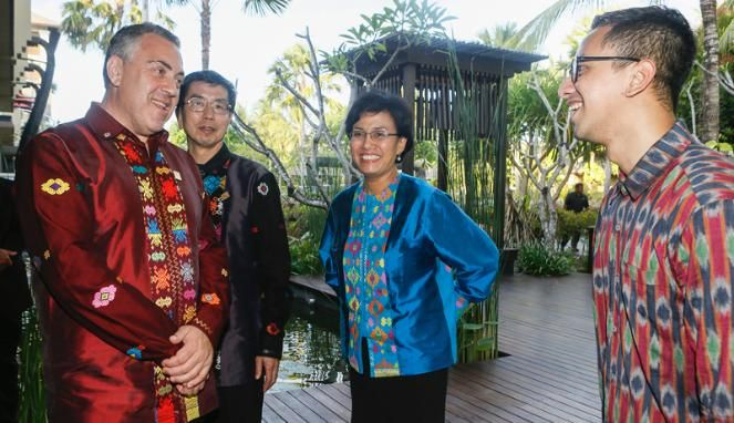 Delegates to the 2013 APEC Finance Ministers' Meeting in Nusa Dua, Bali, cut fine figures in Kenakan Tenun Ikat from designer Didiet Maulana. Second from right is World Bank Group Managing Director Sri Mulyani Indrawati, a former Indonesian finance minister. At left is Australian Treasurer Joe Hockey. Sorry, I don't know the others. Photo by Made Nagi.
