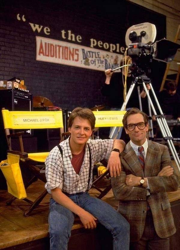 """Майкл Дж. Фокс и музыкант Хьюи Льюис во время съемок """"Назад в будущее"""", 1984 г."""