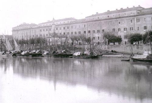 Veduta del Porto di Ripa Grande e del San Michele, durante la piena del Tevere del 1892