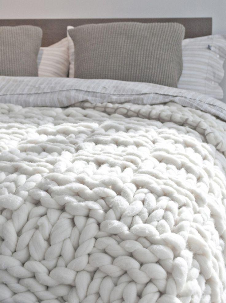 So eine grob gehäkelte Bettdecke hätte ich auch gerne! Wunderschön