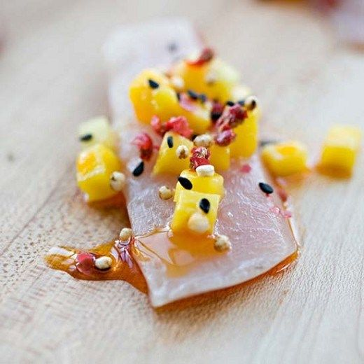 Crudo di Ricciola al miele di zagara, mango, pepe rosa e quinoa - Food Design