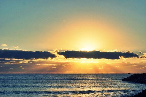 Ora non restano che i miei occhi, ancora gonfi di sonno, a ricordarmi i giuramenti sospesi di una fantasmagorica notte stellata, così mi volto e guardo il mare, ché l'alba, per natura discreta, non promette nulla, ma nell'attesa di questo giorno che verrà, non posso fare a meno di ringraziarla, il suo tempo è finito, e ogni cosa ora è illuminata,