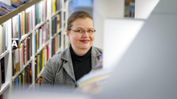 Heli Turjalla on lukihäiriö, mutta myös pitkä ura tekstien parissa ja yliopistotutkinto. Akateemisessa maailmassa ei tajuta, ettei lukivaikeus ole tyhmyyden merkki, hän sanoo.