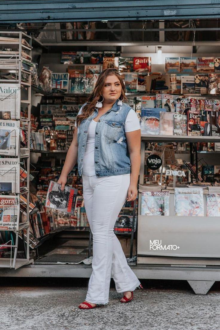 Calça Plus Size flare branca com barra desfiada.  A modelo veste 48. | Look plus size trabalho in 2019 | Pants, Jumpsuit, Capri pants
