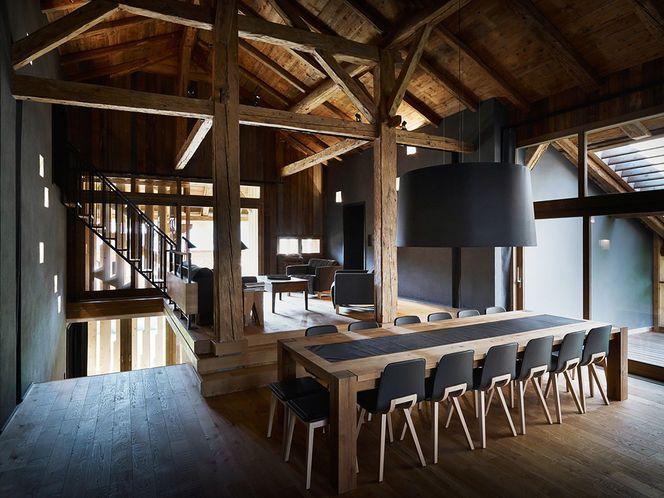 Sala de Jantar com toda estrutura em Madeira e Enorme Luminária Pendente Preta