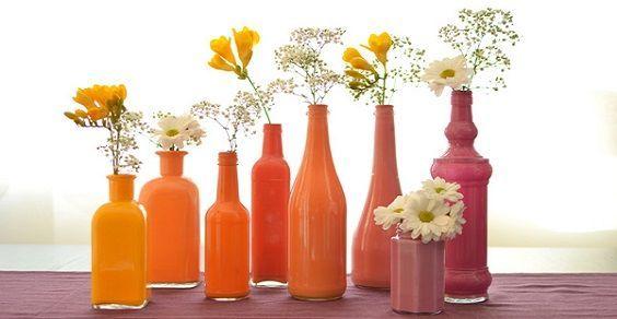 Volete dare un tocco primaverile alla nostra sala da pranzo? Cosa c'è di meglio che farlo sfruttando tutte le bottiglie e i barattoli di vetro che ci sono in casa, che potranno diventare bellissimi vasi per contenere piante e fiori. E per farlo basta colorarle con poche e semplici mosse.