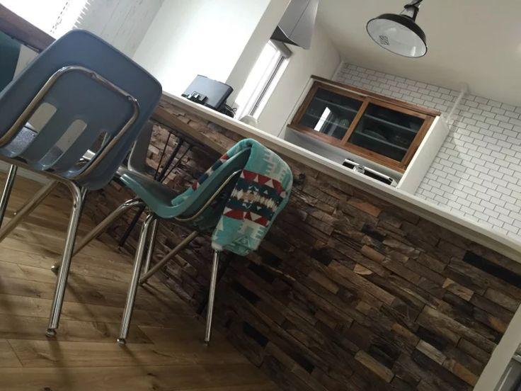 【おしゃれな木材壁紙・テキサスロックンウォール】不揃いの荒々しさこそがロックンロール。鉄道の枕木、木造家屋の部材など、100%チークの古材を再利用したユニークな仕上材です。古材独特の粗野でワイルドな表情は、インパクト絶大。つくられた凹凸感とは違い、数値化できない自然の陰影、濃淡はまさにプライスレスな魅力。