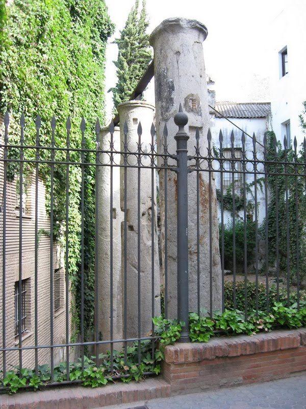Columnas romanas en calle Mármoles, Sevilla