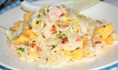 Witlofsalade met gerookte kip en mango. Voor een lekker pitje wat Sechuanpeper erover en lichtjes besprenkelen met citroensap.