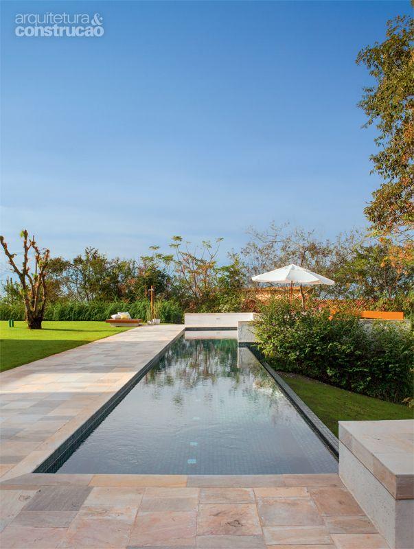 A piscina de pastilhas (Jatobá) é uma raia com 20 m de comprimento, com borda de pedra mineira.