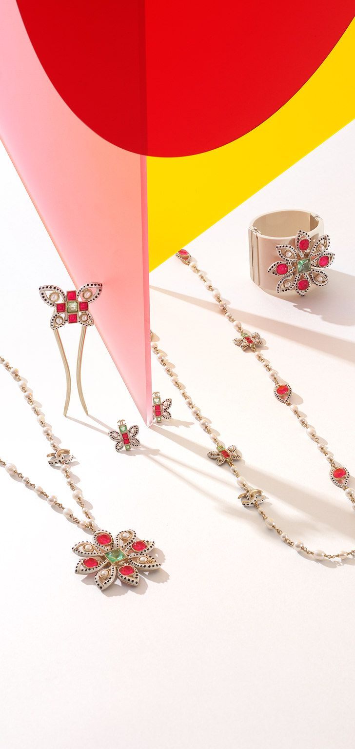 Cruise 2015/16 - Long metal necklace embellished with glass pearls and fresh water pearls and with motifs in resin and strass