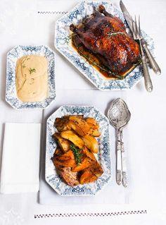 """El """"Pato lacado a la naranja"""" es una receta de fiesta, es un auténtico placer sacarlo a la mesa pero mucho mayor el degustarlo. A lo largo del año no es fácil encontrar patos en la carnicería pero en época de navideña es habitual, así que si os apetece ya sabéis que no tendréis problema …"""