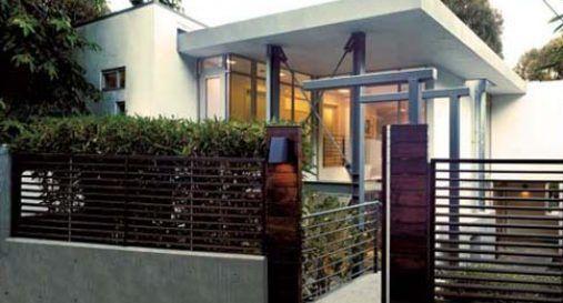 fachada de casa con reja, vivienda moderna con rejas, seguridad frente de casas
