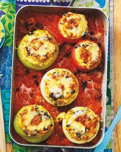 Das sind köstliche Kugeln! Zwiebeln, Tomaten und Kohlrabi: alle lecker gefüllt und gut geschmort in Tomaten-Oliven-Soße. Zum Rezept: Gemüse mit Käsefüllung