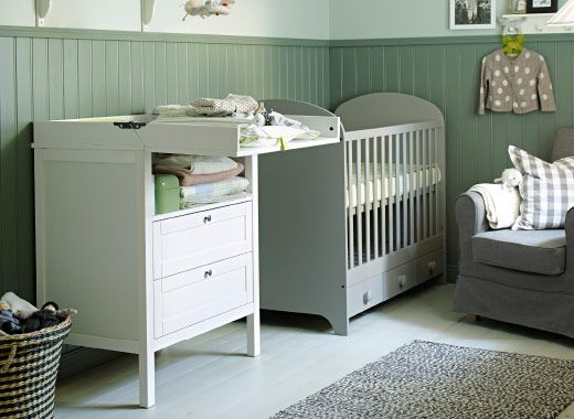 sundvik wickeltisch kommode in wei und gonatt babybett in hellgrau neben ektorp jennylund. Black Bedroom Furniture Sets. Home Design Ideas
