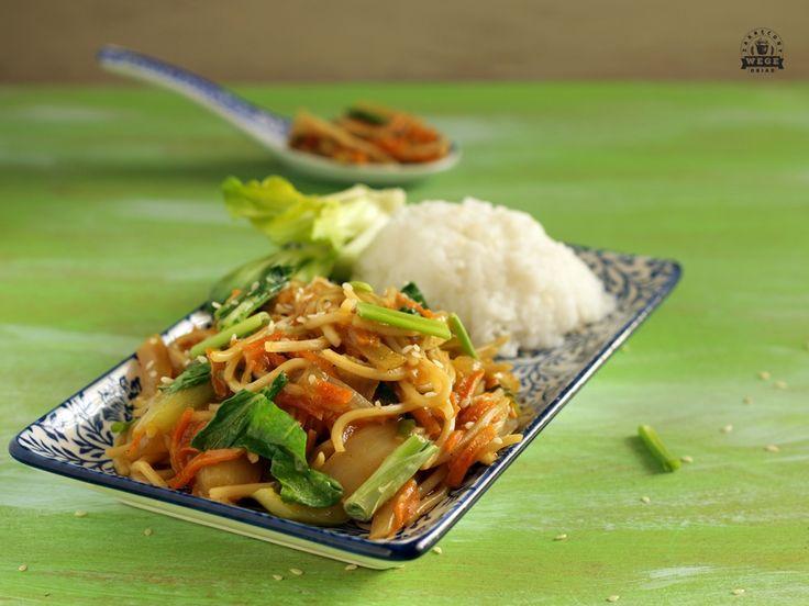 Zastanawiasz się czasami co zrobić na obiad? Idealnym pomysłem jest makaron po chińsku. Szybki, pyszny i banalnie prosty do zrobienia!