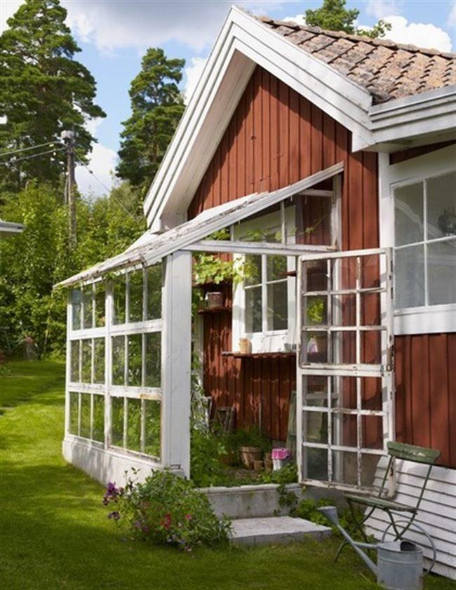 Platsgjutet. Växthuset mäter cirka 1,5 meter x 3 meter och är byggt av gamla fönster som fyndats på blocket.se. Ett platsgjutet trappsteg i betong passar fint vid ingången.