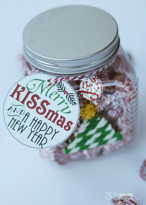 Merry Kissmas Free Printables on a jar of hershey kisses- This is a perfect, cheap gift to give away to neighbors, friends etc and I love free things.