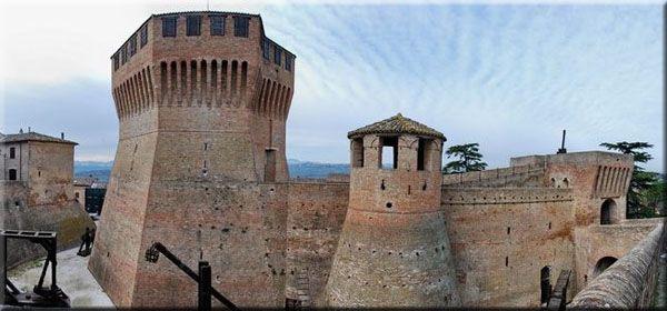 La Rocca di Mondavio- La rocca di Mondavio risale al 1482-1492. Non avendo mai subito attacchi è ancora in ottimo stato. Le sale interne conservano ancora, la pianta originale e sono attualmente utilizzate come spazi museali di rievocazione storica . Scene di vita rinascimentale ricostruite con cura attraverso manichini in gesso abbigliati con costumi dell'epoca. Le scene più importanti sono: il banchetto, la sala della tortura, il forno, la stalla con i cavalli., il piano superiore (il…