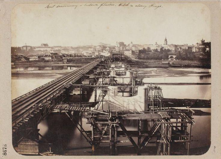 Drewniany most oraz budowa filarów pod most Kierbedzia, widok od strony Pragi. Zdjęcie pochodzi z 1863 roku.