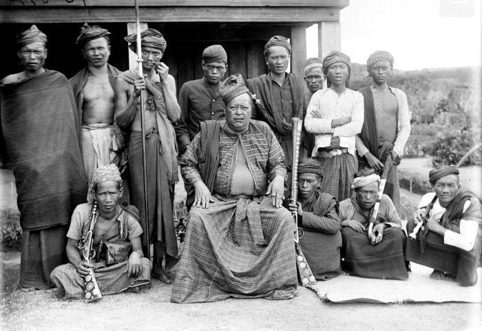 COLLECTIE TROPENMUSEUM De Raja van Dolok met zijn gevolg Simeloengoen TMnr 10001725 - East Sumatra revolution - Wikipedia, the free encyclopedia