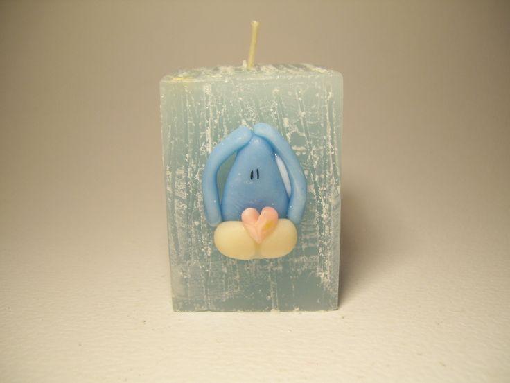 Souvenir de bautismo en vela con aplique de conejo. Ideal como souvenir de bautismo.