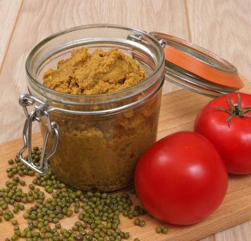 Pasta z fasoli mung i suszonych pomidorów