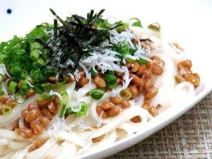 「純米めんの塩麹納豆パスタ風」塩麹・納豆・オリーブオイルのカラダな中からキレイになる食材の組合せ。ボウルで混ぜ合わせるだけの簡単パスタレシピです。【楽天レシピ】
