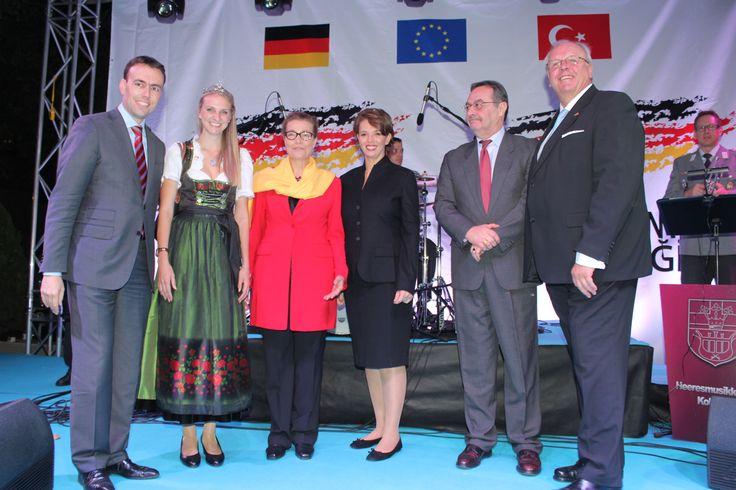 www.mayatta.com / Almanya Milli Günü Ankara Büyükelçiliğindeki resepsiyonla kutlandı. Doğu ve Batı Almanya'nın birleşmesinin 25. Yılı sebebiyle düzenlenen resepsiyon Ankara'da gerçekleşti. Resepsiyona Almanya'nın Baden-Württemberg Eyalet Başbakan Yardımcısı ve Maliye Bakanı Dr. Nils Schmid ve eşi Tülay Schmid de katıldı. Almanya'nın Ankara Büyükelçiliği görevine yeni atanan Martin Erdmann da eşi Marion Erdmann gecenin ev sahipliğini yaptı.