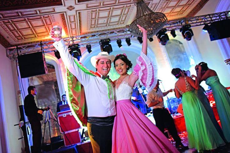 Carlos Ortiz Montero y Silvia Rojas Contreras disfrutaron su primer baile de esposos al mejor estilo de la música colombiana. Foto: Luis Soto / Cortesía.
