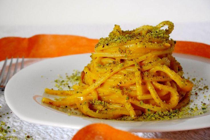 La pasta con crema di zucca, speck e pistacchi è un golosissimo primo piatto autunnale, molto saporito e profumato. In genere in questo periodo, dove le zu