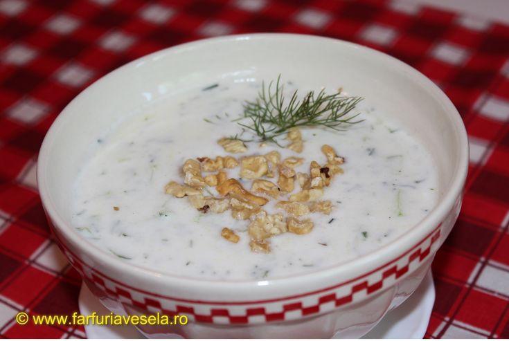 Reteta culinara Supa rece de iaurt cu castraveti (video) din categoria Supe. Specific Bulgaria. Cum sa faci Supa rece de iaurt cu castraveti (reteta video)
