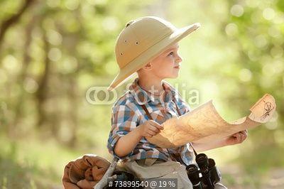 Boy traveler exploring route map autorstwa Alexandr Vasilyev, zdjęcie royalty free #73899540 w Fotolia.com