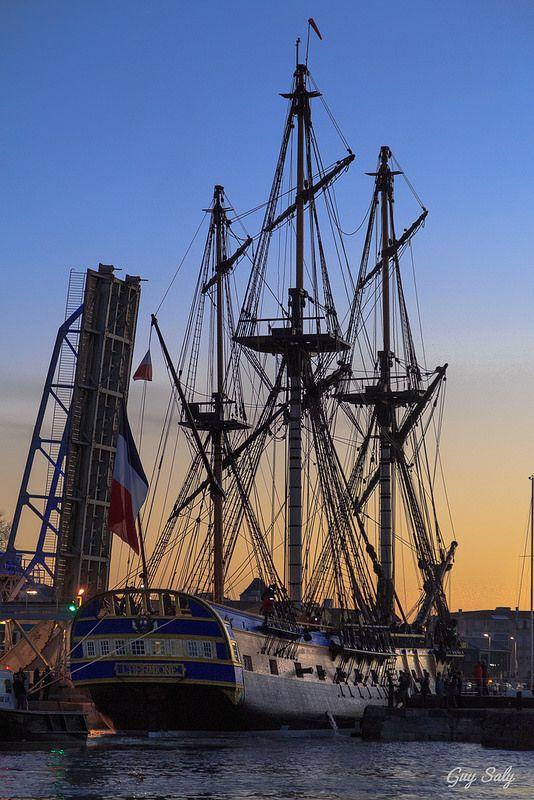 Entrée de l'Hermione dans le port de La Rochelle pour une escale de plus d'un mois | Visites possibles avant son grand départ le 18 Avril pour les Amériques | Charente-Maritime Tourisme #charentemaritime | #Hermione | #La Rochelle