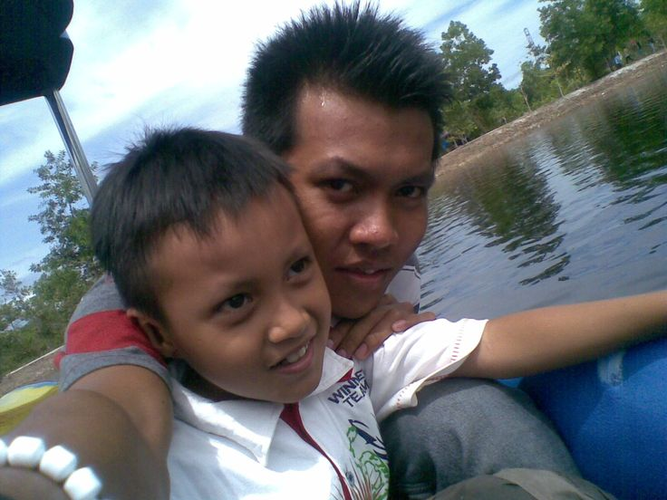 berdua liburan bersama adik
