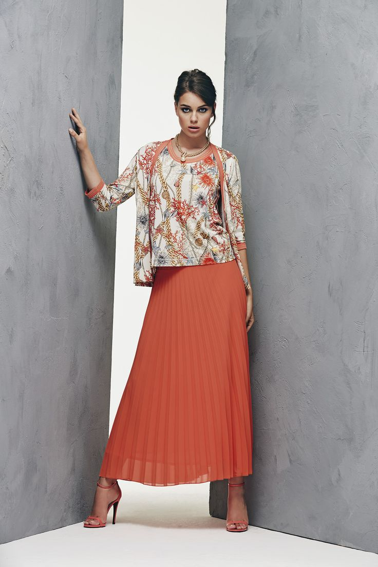 Pleated coral skirt and jersey twin set with marine motif prints which match the color of the skirt www.donnedasogno.it