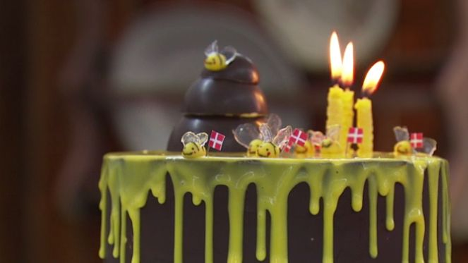 Du kan også lave en skarp chokoladekant på din egen kage - se her hvordan
