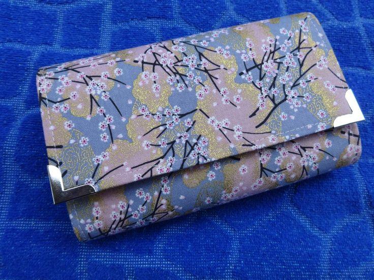 Japonská sakura Peněženka je ušita ze 100% bavlněné látky z Japonska, barva světle růžová a světle fialová se sakurou a zlatými ornamenty. Obsahuje 4 přepážky, 4 kapsičky na karty a kapsičku s fialovým zipem na drobné penízky. Vnitřní strana peněženky je prošívaná a spolu s harmonikou, okrajemi kapsiček na karty a vnitřkem kapsičky na drobné jsou ze světle ...