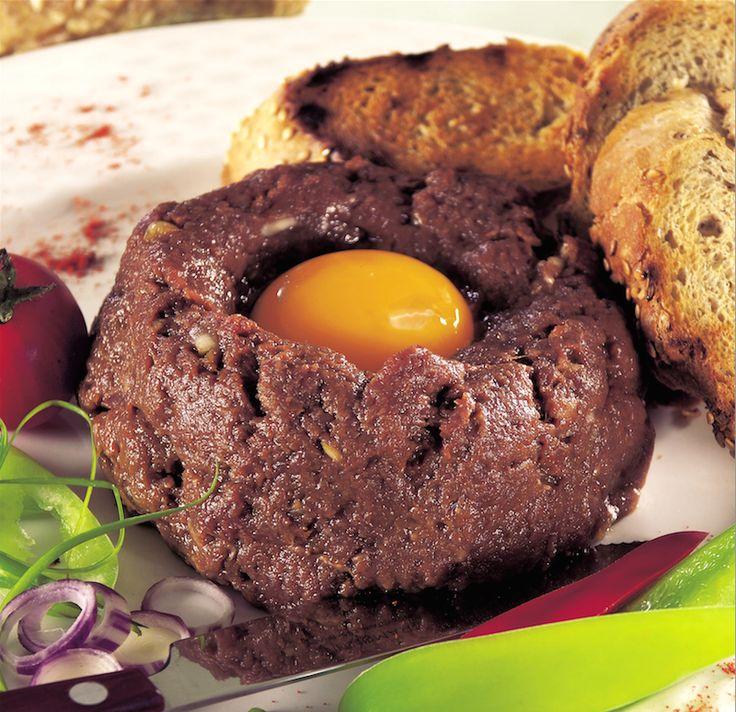 Hozzávalók: 60 dkg marhabélszín, esetleg hátszín, 2 mokkáskanál őrölt fekete bors, 2 evőkanál mustár, kb.2 dl olaj a pácoláshoz, 3-4 tojássárgája, 5 dkg vaj, 1 kiskanál jóféle pirospaprika, 1 mokkáskanál Worcester-mártás, 1 kiskanál ketchup, fél kiskanál ...