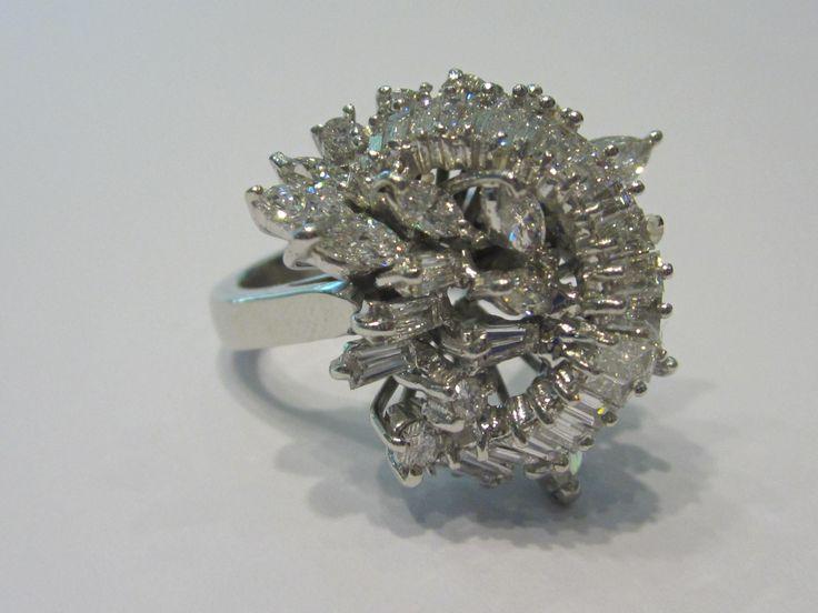 Anello vintage in oro bianco con diamanti taglio baguette e brillante per ct. 2,42 totali ca. Purezza VVS - colore G Disponibile presso il negozio di Como, Piazza Pinchetti 1