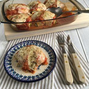 Courgette pakketjes met ricotta en spinazie en daarover tomaten saus, mozzarella en Parmezaanse kaas. Een ontzettend lekker vegetarisch recept wat helemaal niet moeilijk is om te maken.