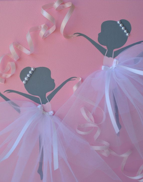 12 x 12 bailando bailarinas de lona pintura en rosa y blanco. Esta pieza de arte de pared es pintada con pintura acrílica, decorado con faldas de tul, ribbonand perlas abalorios. Idea lindo regalo para cualquier amante de la bailarina.