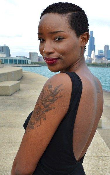 Extrait du blog de la sublime Mamiky  Cheveu naturel court-TWA-Femme noire tatoué fleur-Rouge à lèvres rouge-Robe dos nu-Black woman-Brownskin