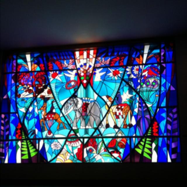 Dit is glas in lood in de Bijenkorf in Den Haag. Het is gekleurd glas die in patroon worden gezet in de loodlijsten.