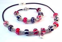 BLACK RED Набор: Модульные Ожерелье + Браслет - Pandora Style. $28.   Основа ожерелья резиновый жгут с фирменной застежкой;  - Основа браслета плетеный жгут из искусственной кожи;  - Каждый елемент создан вручную;  - все металлические елементы (подвески, спейсеры)  покрыты стерлинговым серебром (18 карат);  - Все Бусины уникальны т.к. созданы вручную  по уникальной технологии Lampwork;  Упаковка: Подарочный мешочек (органза)   Вес: 100 grams  Размер:  Длина браслета 20 см;  Длина ожерелья 45…