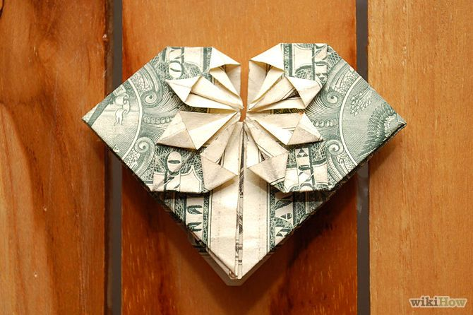 Einen Geldschein zu einem Herz falten