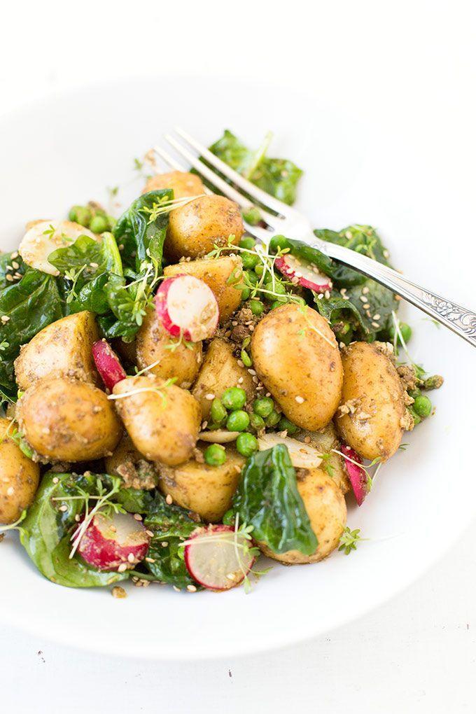 Einfacher Kartoffelsalat mit Pesto. Dieses Rezept ist schnell und SO gut - http://Kochkarussell.com