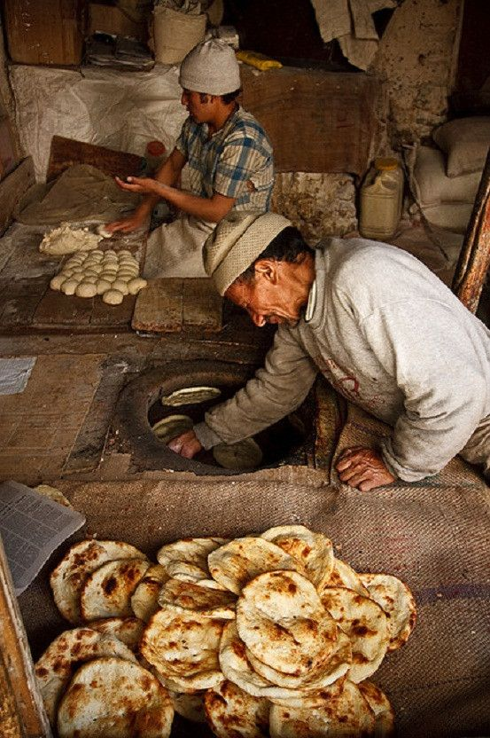 Uma padaria em Leh, no estado de Jammu e Caxemira, no noroeste da Índia. O pão que estão fazendo é o Naan Kashmiri (pão da Caxemira) ou Naan Tandoori, um pão sírio recheado com passas e nozes, uma visão agradável para os fãs de caril. Fotografia: Kelly Cheng.